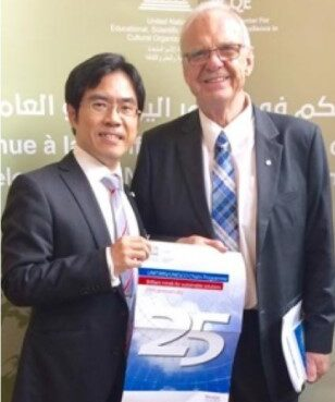 カナダ・ヨーク大学のホプキンス教授と横井副理事(左)