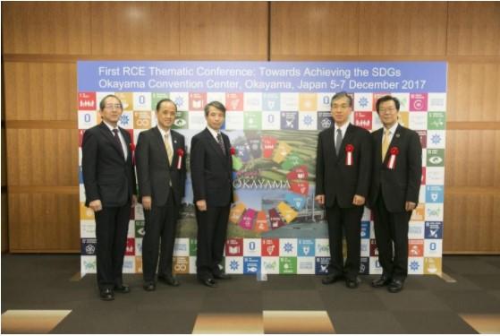 記念撮影(左から小林顧問、大森市長、槇野学長、阿部会長、竹本所長)