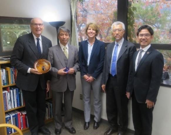 ミシガン大学医学部訪問を記念してコラーズ上級副学部長(左)らと