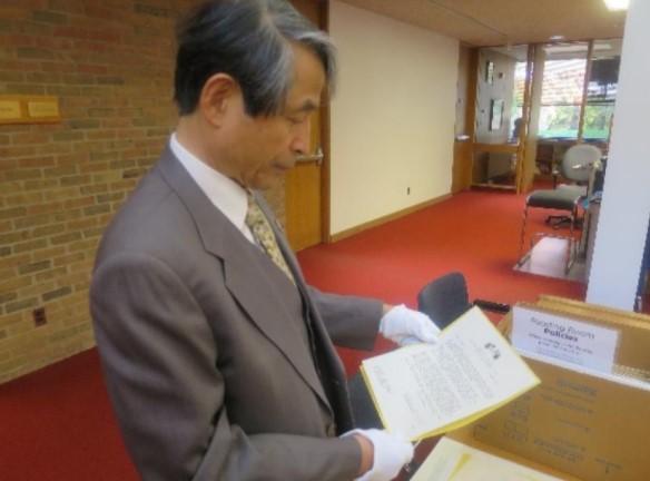ミシガン大学が所蔵するマッカーサー最高司令官の書簡を読む槇野学長