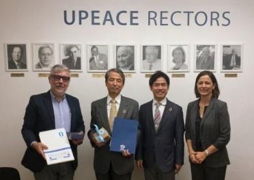 サインス-ボルゴ国連平和大学副学長らと記念撮影