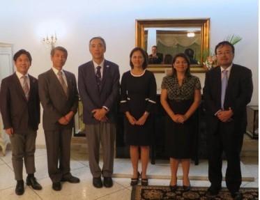 伊藤特命全権大使(左から3人目)らと大使公邸で記念撮影