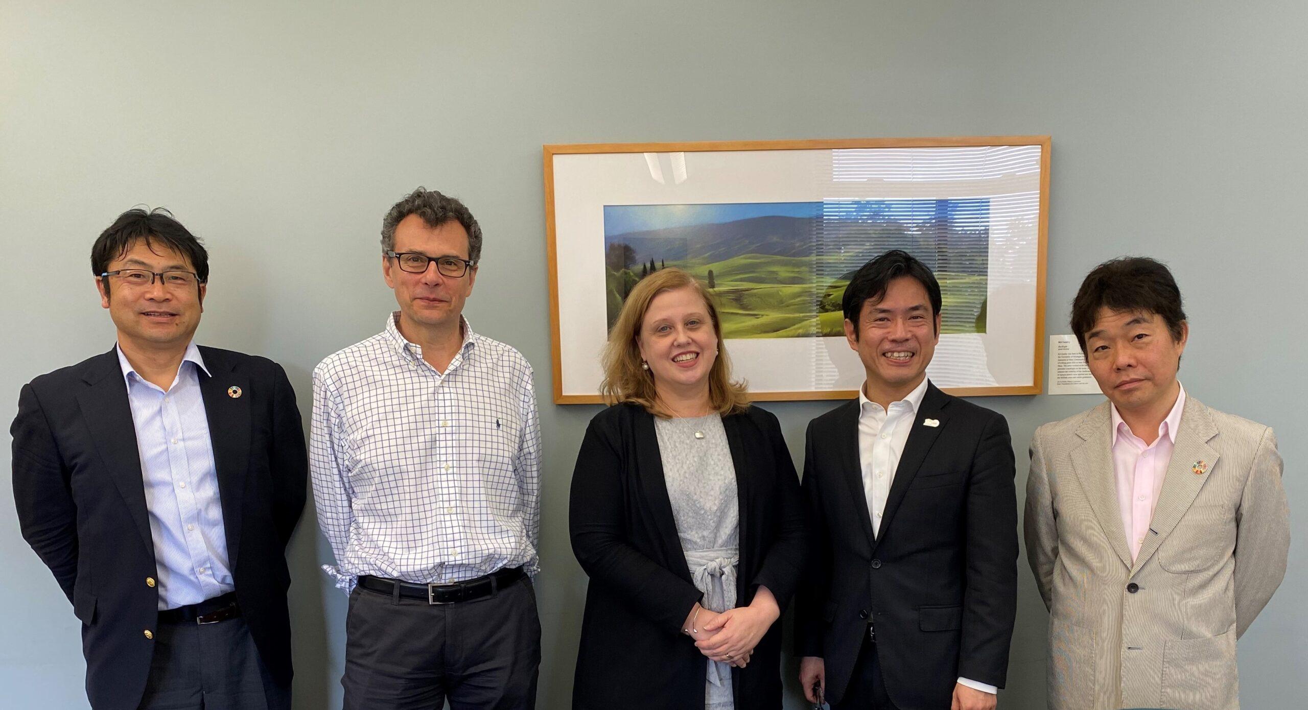 ハワイ大学バシリス・シルモス研究担当副学長(左から2人目)、ローラ・リヨン教学担当副学長(同3人目)