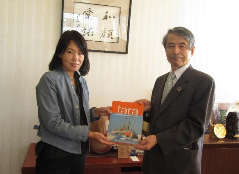 槇野学長(右)に記念品を贈るパトゥイエ由美子事務長※撮影時のみマスクを外しました。