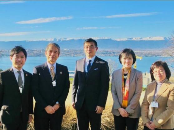 アルプス山脈とレマン湖を背景に記念撮影(中央が高橋氏、右から2人目が本田氏)