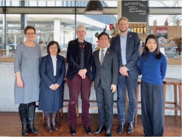 キール大学ピストー ・ハタム副学長(左から3人目)