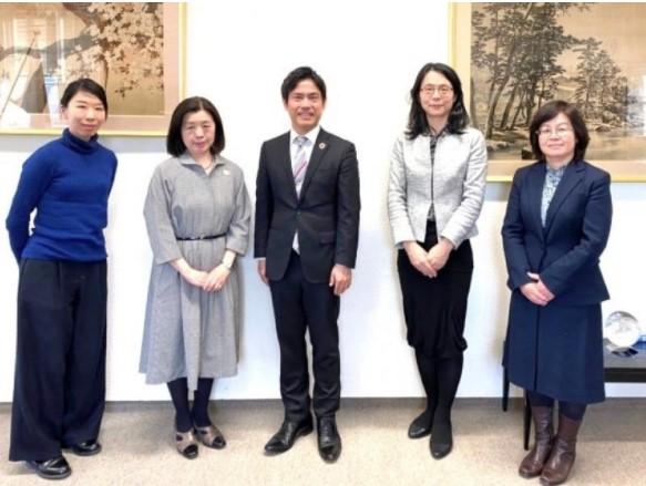 在ハンブルク日本総領事館にて(加藤総領事(左から2人目)、横井副学長(中央)、小形領事(右から2人目))