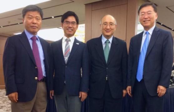 ウタク・チュンAPCEIU所長(左端)、横井副学長(左から2番目)、ハン・ジョンヒ大使(右端)
