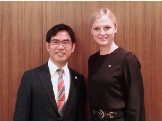 横井副学長(左)とモニカ・フローラ―・パン・ギムンセンター最高経営責任者
