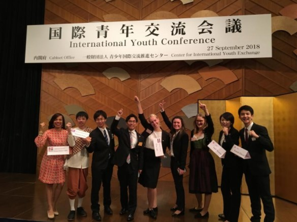 ディスカッションの青年たちと横井副学長(写真は主催者から提供)