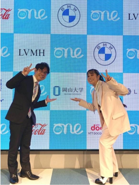 横井副学長と歌手AIさんの記念撮影