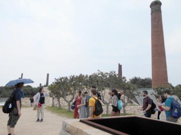 犬島を見学する留学生たち