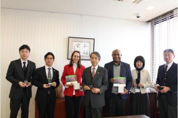 集合写真(槇野学長:中央、オリヴェイラ事務所長:左から3番目)