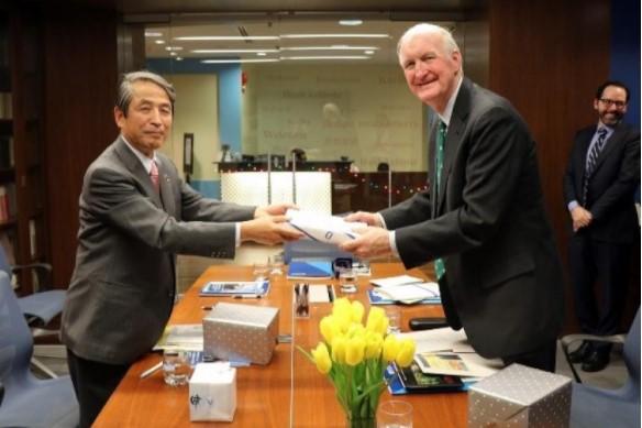 Craner理事長へ記念品を贈呈する槇野学長(左)
