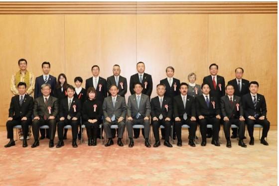 安倍首相らとの記念撮影(首相官邸HPより)