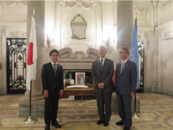 左から横井副学長、別所浩郎大使、槇野学長