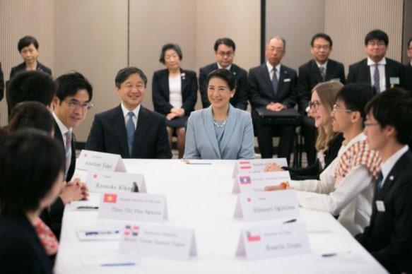 横井副学長のファシリテーションによるディスカッションを視察される皇太子同妃両殿下(写真は主催者から提供)