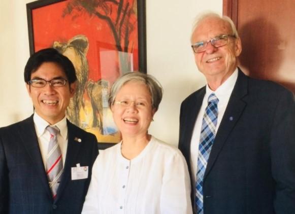 横井副学長(左)、スー・ヒャン・チョイ指導・学習・教育内容担当部長(中央)、チャールズ・ホプキンス教授