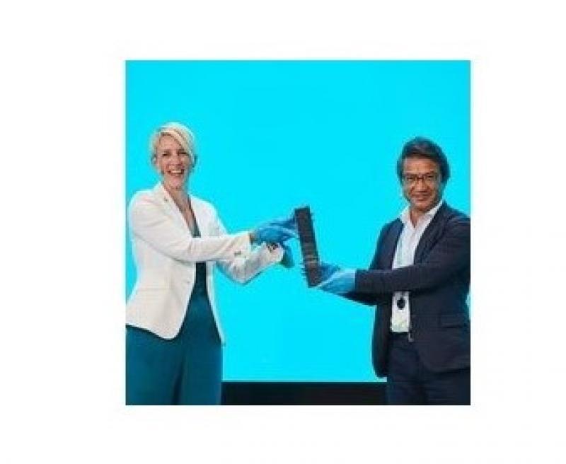 2022年東京大会に向けてミュンヘン第二市長 カトリン・ハーベンシャーデン氏からOneYoung World Japan Committee代表理事の大久保公人氏へバトンが手渡された(One Young World フェイスブックより)